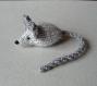 Mimi petite souris en laine gris-clair et gris-foncé tricotée main