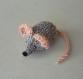 Mimi petite souris en laine grise & rose-thé tricotée main