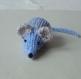 Mimi petite souris en laine bleu-ciel rayé gris tricotée main