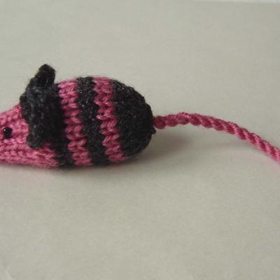Mimi petite souris en laine rose rayée noire tricotée main