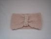 Bandeau cache oreille accessoirisee d'une tresse couleur poudre tricot fait main