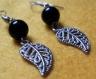 Boucle oreilles feuille argentée et  perle noire