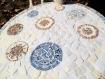 Plateau en mosaïque. assiettes anciennes. blanc et bleu. tendance rustique.