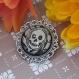 Skull - broche argentée avec cabochon verre et illustration crâne