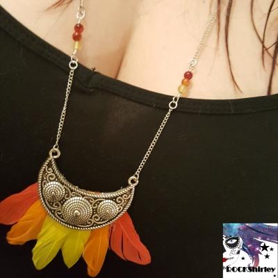 Squaw - collier argenté pendentif demi lune couchée et plumes en camaïeu de couleur