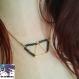 Hina - collier doré mi long, pendentif triangle et triangles en perles tcheques vertes olives avec reflets