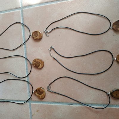 Collier avec pendentif en bois olivier