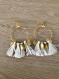 Boucles d'oreilles dorées pompons blancs