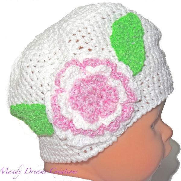 df19202934ab Bonnet naissance bébé fille blanc lumineux et sa fleur rose, laine ,taille 0 1  mois ,crocheté main coton