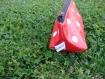 Trousse triangulaire rouge à pois blancs.