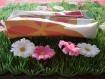 Trousse rectangulaire blanche à fleurs.