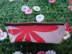 Trousse triangulaire blanche fleurie.