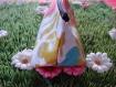 Trousse triangulaire blanche à fleurs psychédéliques.