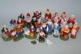 Lot de 2 santons en terre cuite : homme au tambourin et femme aux pots