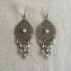 N°43 - boucles d'oreilles longues écru & blanc sur estampe filigranée bronze