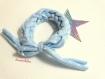 Chouchou bracelet bleu ciel  petits pois blancs (technique du fil de t-shirt)