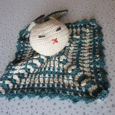 Doudou lapin sur carré au crochet