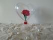 Coeur monté sur pied en plastique avec fleur papier