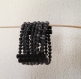 Parure  composée d'une manchette en perles de papier recyclé noir et de boutons de manchette en papier recyclé noir. modèle unique, fabriqué à la main.