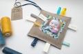 Le doudou étiquette n 8 - faire-part original naissance ou baptême en tissu pour garçon