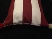 Coussin de décoration rouge et blanc rayé avec pompons, utilisation intérieur ou extérieur