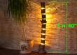 Lampadaire en bois est fait de bûches naturelles
