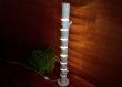 La lampe de sol en bois est faite de bûches naturelles, d'accessoires de plancher