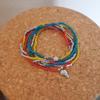 Assortiment de 6 bracelets en perles de rocailles et de verre multicolores avec breloques fleurs, plumes : colorful swimliner