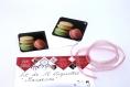 Lot de 12 étiquettes cadeaux «macarons » illustrées de 3 macarons rose, vert pâle et beige sur fond noir