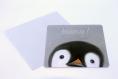 Carte postale «pinguito» illustrée d'un bébé pingouin sur fond gris pastel et texte