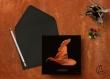 Carte postale «choixpeau» illustrée d'un chapeau de sorcier sur fond noir en hommage à harry potter