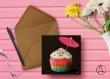 Carte postale «cupcake » illustrée d'un cupcake multicolore sur fond noir