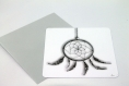 Carte postale «capteur de rêves» en gris, noir et blanc illustrée d'un attrape-rêves