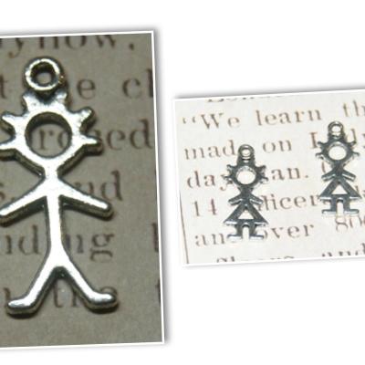 Breloque silhouette en métal argenté fille ou garçon