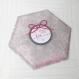 Boite à dragée forme triangle, thème fleur et papillon, boite dragée, blanche, grise et rose.
