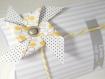 Boite à dragées personnalisable avec moulin à vent - boite cadeau oreiller jaune et grise.