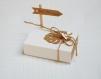 boite à dragées rectangulaire kraft et blanche avec pancarte.boite dragée feuille tropicale mariage bohème