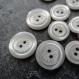Lot de 25 boutons nacrés gris avec motif floral au centre - 5 de 14 mm et 20 de 11 mm