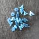 19 perles synthétiques bleu vif, effet marbré blanc - formes irrégulières