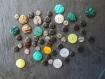 Lot de 54 boutons synthétiques ronds avec effet irisé - format et couleurs divers.
