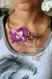 Collier fils aluminium doré et mauve avec une magnifique orchidée en tissu et des perles en verre violette