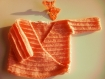 Tricot ensemble gilet cache-coeur kimono chaussons orange saumon bébé fille naissance 0-1 mois point granulé