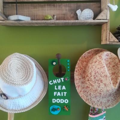 Accroche-porte magnétique chambre enfant (lettres au choix) - vert grenouille et nénuphars
