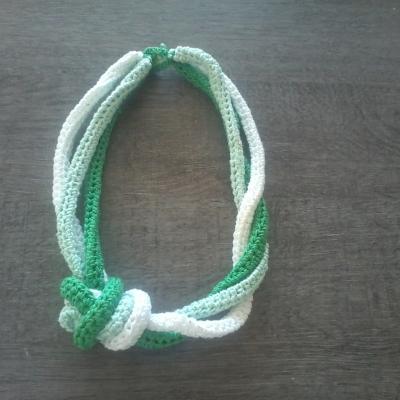 Collier noué au crochet