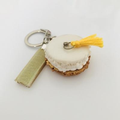 Porte-clé macaron base doré métallique avec pompon