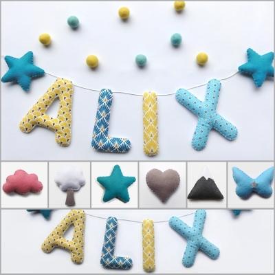 Guirlande prénom tissu et feutrine pour chambre d'enfant ou bébé. lettres et couleurs au choix pour fille ou garçon. décoration murale