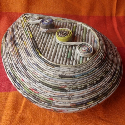 Boîte en vannerie de journaux en spirale