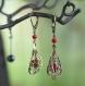 Boucles d'oreilles pendantes falbala - perles de corail rouge, estampes bronze ajourées et dormeuses