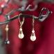 Lizbeth - petites boucles d'oreilles pendantes en forme de goutte - perles de culture blanches et dormeuses bronze