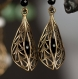 Boucles d'oreilles pendantes falbala - perles d'onyx, estampes bronze ajourées et dormeuses